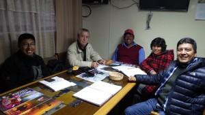 Puno - Lac Titicaca péruvien - 29 09 2014. Réunion dans les bureaux du SERNANP avec le Directeur de la RN du Titicaca (Réserve Nationale), deux de ses collaborateurs et le Président des îles Kai Uros, dont la communauté altiplanique demeure la seule à continuer de vivre traditionnellement de chasse t et de pêche.